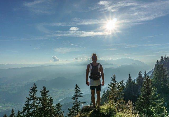 Wie man sich auf das Wandern in den Bergen vorbereitet